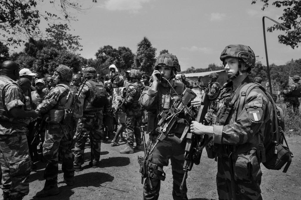 Soldati della operazione Sangaris, che è il nome dell'operazione del esercito francese in RCA iniziato a dicembre 2013 e in previsione di finire entro giugno 2015, scortano un convoglio di cittadini mussulmani verso il cimitero islamico della capitale situato nei territori sotto al controllo degli Anti- Balaka.