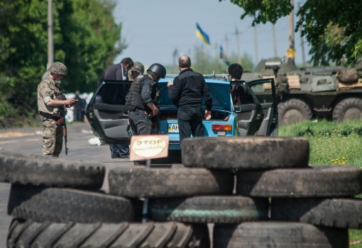 epa04191072 Ukrainian soldiers stand guard at a checkpoint not far from Slaviansk, Ukraine, 04 May 2014. Heavy fighting broke out in Kramatorsk a day earlier as the government in Kiev carried out a 'counterterrorism' offensive to curb the unrest in the east. Ukrainian security forces said at least six people died and 15 were injured in the Kramatorsk clashes. After two days of fighting the government in Kiev reported that near all occupied administrative buildings had been cleared. A spokesman for the pro-Moscow people's army confirmed that only a few public agencies were still in the hands of separatists.  EPA/ROMAN PILIPEY