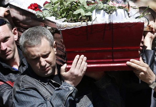 Men carry the coffin of a person killed during last week's unrest, during a commemorative service in the center of Slovyansk, eastern Ukraine, Wednesday, May 7, 2014. The U.S. and European nations have increased diplomatic efforts ahead of Ukraine's May 25 presidential election, as a pro-Russian insurgency continues to rock the country's eastern regions. (AP Photo/Darko Vojinovic)
