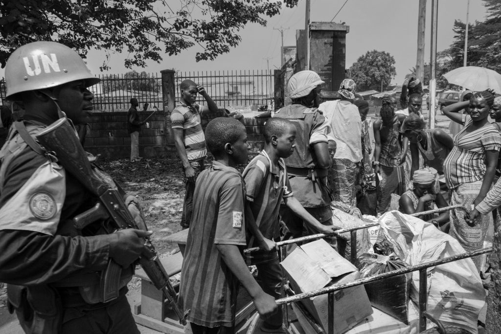 Il conflitto a Bangui ha provocato una chiusura dei mercati e reso sempre più difficile il riferimento di ogni genere alimentare. Una volta al mese nel Pk5 avviene la distribuzione dei viveri che consistono in mezzo litro d'olio, e 50 kg di riso per famiglia.