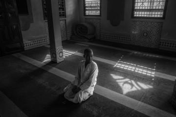 La preghiera del venerdì nella Moschea di Atic; una delle 5 moschee rimaste su 29 nel Pk5. Il Pk5 (Punto chilometrico, ovvero la distanza dal centro), nome del quartiere di Bangui in cui si si è rifugiata la comunità mussulmana della capitale. Oggi circa 2000 mussulmani vivono all'interno di quello che è diventato un ghetto, come in una prigione a cielo aperto. Chiunque tenti di uscire dal quartiere diviene facile bersaglio delle milizie Anti-Balaka.