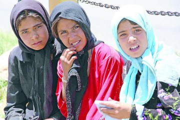 ansa - ragazze afghane - epa02201531 Afghan girls that clean windscreens of vehicles, look at the photographer at a road in Herat, western Afghanistan on 14 June 2010. Children from the age of 10 often work to help support their families by working at local factories, herding animals in rural areas and by collecting paper and firewood, shining shoes, begging, or collecting scrap metal among street debris in the cities. Access to quality education in Afghanistan is limited, especially in rural areas, an estimated six million children are enrolled in school, attendance is uneven and drop out rates are high. Millions of children are not enrolled in school at all.  EPA/JALIL REZAYEE