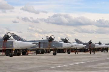 Caccia-bombardieri-russi-nella-base-aerea-di-Hmeymim-in-Siria-a-30-chilometri-dal-Mar-Mediterraneo