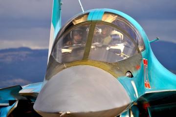 Pilota-e-navigatore-di-un-Sukoi-34-stanno-rullando-sulla-pista-della-base-di-Hmeymim-per-una-missione-di-bombardamento-in-Siria
