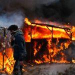 Calais si incendia