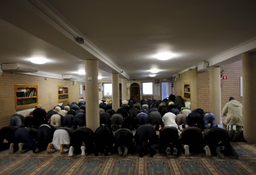 Members of the Muslim community attend the Friday prayer at Attadamoun Mosque in the neighbourhood of Molenbeek, in Brussels, Belgium, November 20, 2015. Picture taken November 20. To match Insight FRANCE-SHOOTING/RADICALISATION    REUTERS/Youssef Boudlal - RTX1VIK1