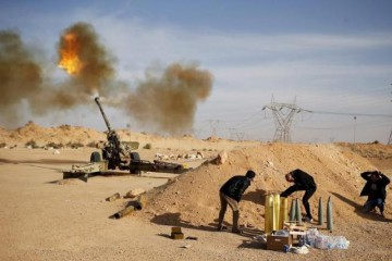 Libya Dawn fighters fire an artillery cannon at IS militants near Sirte March 19, 2015.  REUTERS/Goran Tomasevic