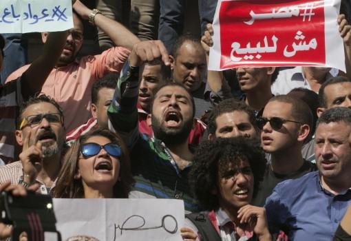 Manifestanti cantano slogan contro il presidente egiziano al-Sisi