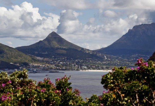 epa02980860 A general view of Hout Bay in Cape Town, South Africa, 26 October 2011. Cape Town has been named World Design Capital for the year 2014 beating short-listed cities, Dublin in Ireland and Bilbao in Spain it was announced 26 October 2011 at the International Design Alliance (IDA) Congress in Taipei. Cape Town will now run a year long programme of design events in 2014 in which creative communities from across the globe will visit and network for social, economic and cultural solutions.  EPA/NIC BOTHMA