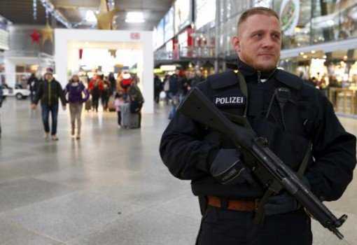 A German police secures the main train station in Munich, Germany, January 1, 2016.  REUTERS/Michaela Rehle