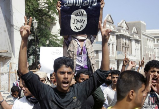 A protester holds up the flag of the Islamic State during a demonstration against satirical French weekly Charlie Hebdo, which featured a cartoon of the Prophet Mohammad as the cover of its first edition since an attack by Islamist gunmen, in Yemen's southern port city of Aden January 16, 2015. REUTERS/Yaser Hasan (YEMEN - Tags: RELIGION CIVIL UNREST) - RTR4LPHC