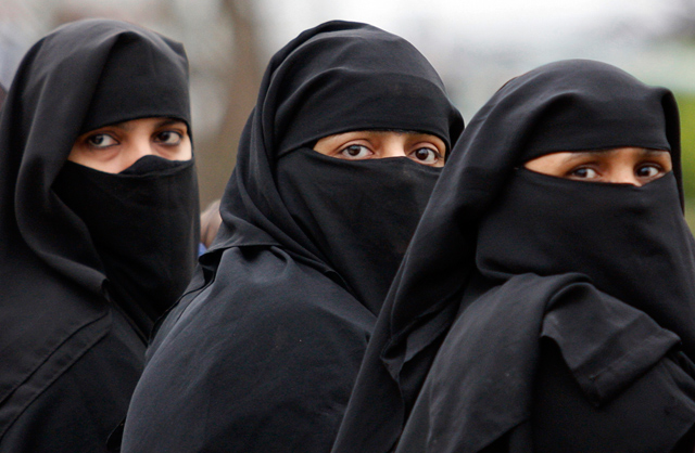 saudi-arabia-three-women-burkas-IP_1