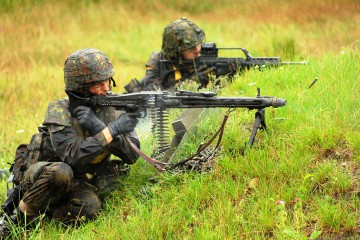 1468770426-1280px-two-bundeswehr-soldiers-fire-their-weapons