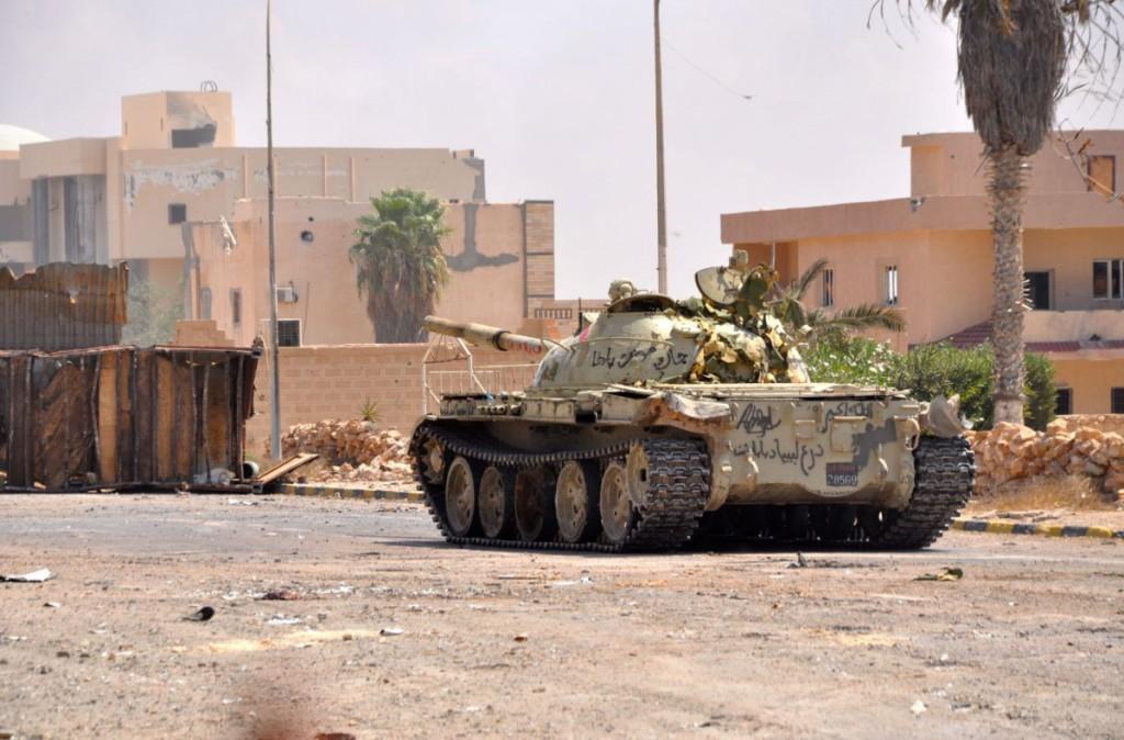 carro-armato-libico-in-prima-linea-nella-battaglia-per-la-liberazione-del-quartiere-1-di-sirte-dsc_0206-1