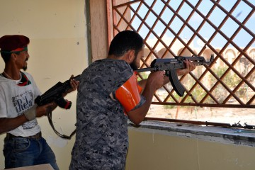 Combattenti libici sparano contro le postazioni delle bandiere nere nel dquartiere 1 di Sirte DSC_0211