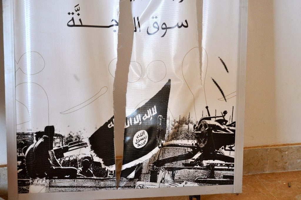 Manifesto dell'Isis nel centro comando di El Hesba nel cnetro di Sirte DSC_0111