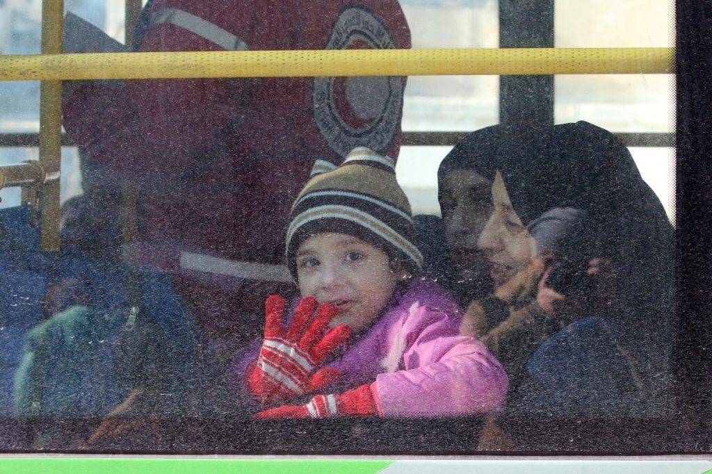 Un bambino lascia i settori orientali di Aleppo / REUTERS/Abdalrhman Ismail