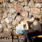 Greci che mangiano gli avanzi dei profughi