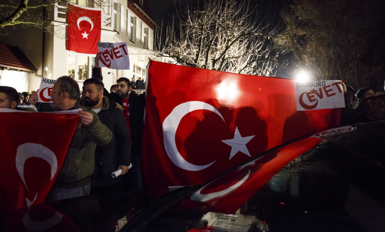 Il ministro turco Çavuşoğlu parla ad Amburgo in vista del referendum