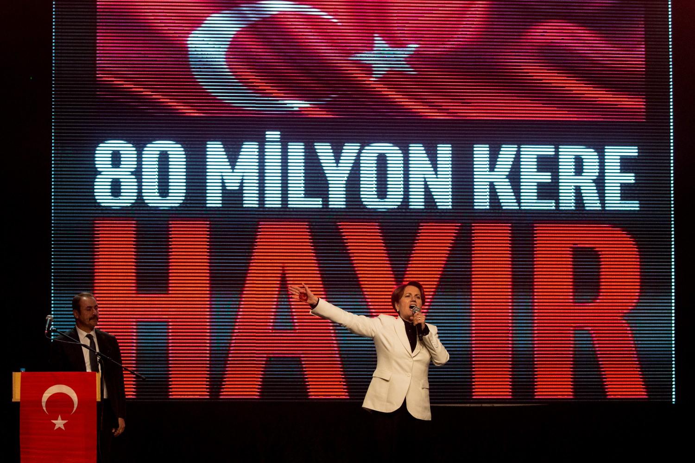 """Meral Akşener a un comizio a Istanbul. Dietro di lei lo slogan """"80 milioni di volte 'no'"""""""
