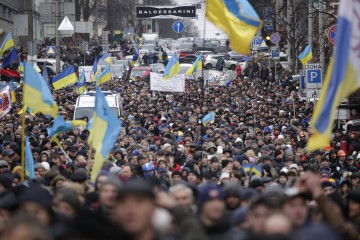 People attend a rally held by supporters of EU integration in Kiev, December 1, 2013. Ukraine's interior minister warned tens of thousands of protesters starting a pro-Europe rally in the capital Kiev on Sunday that police would respond if there were mass disturbances. REUTERS/Stoyan Nenov (UKRAINE - Tags: POLITICS CIVIL UNREST)