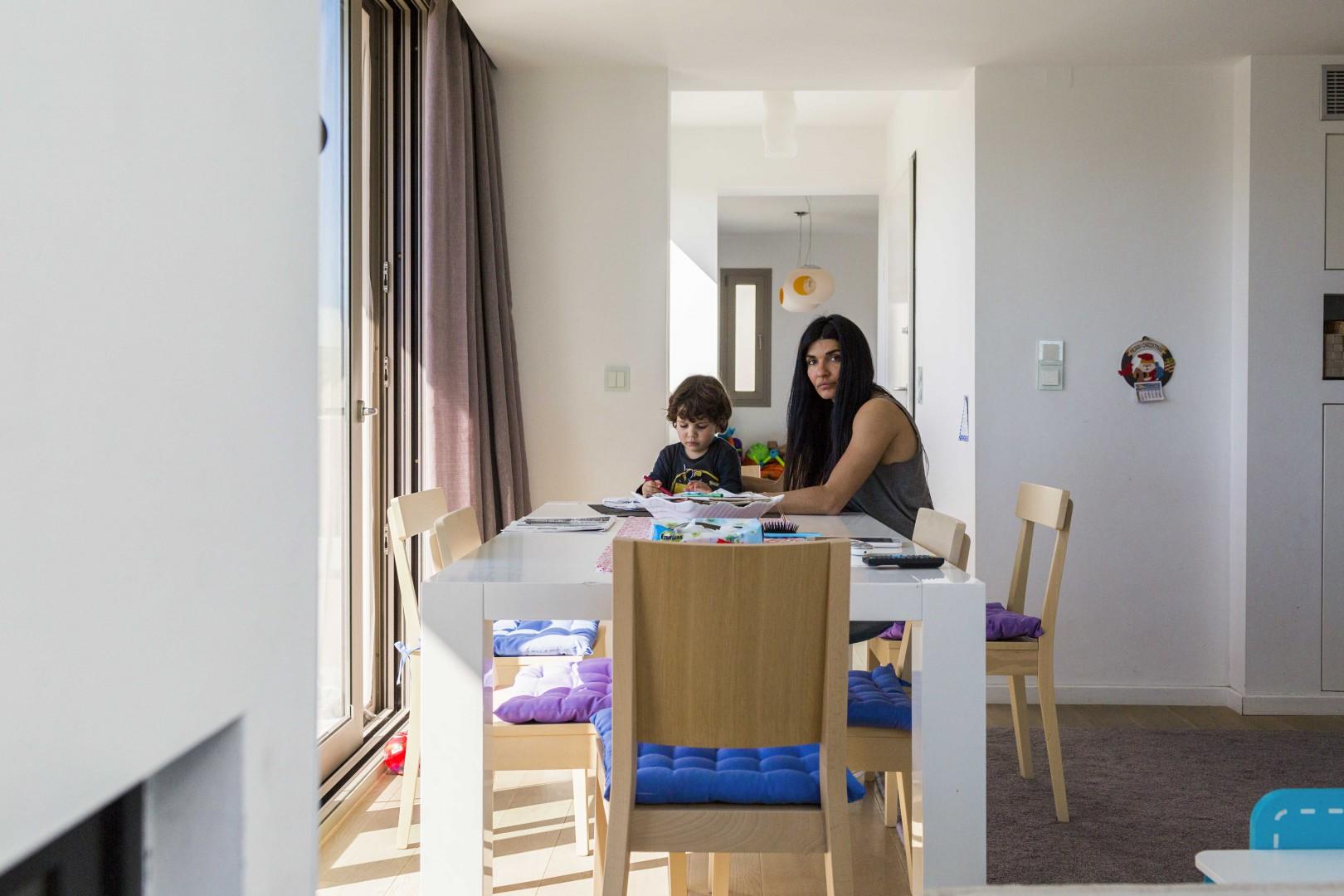 Chios, casa della famiglia Agios. Nanà segue il figlio durante i compiti a casa: « Questo gioco sinistro fra la Turchia e l'Europa ha trasformato le nostre isole in un sistema di filtraggio per migranti e rifugiati».