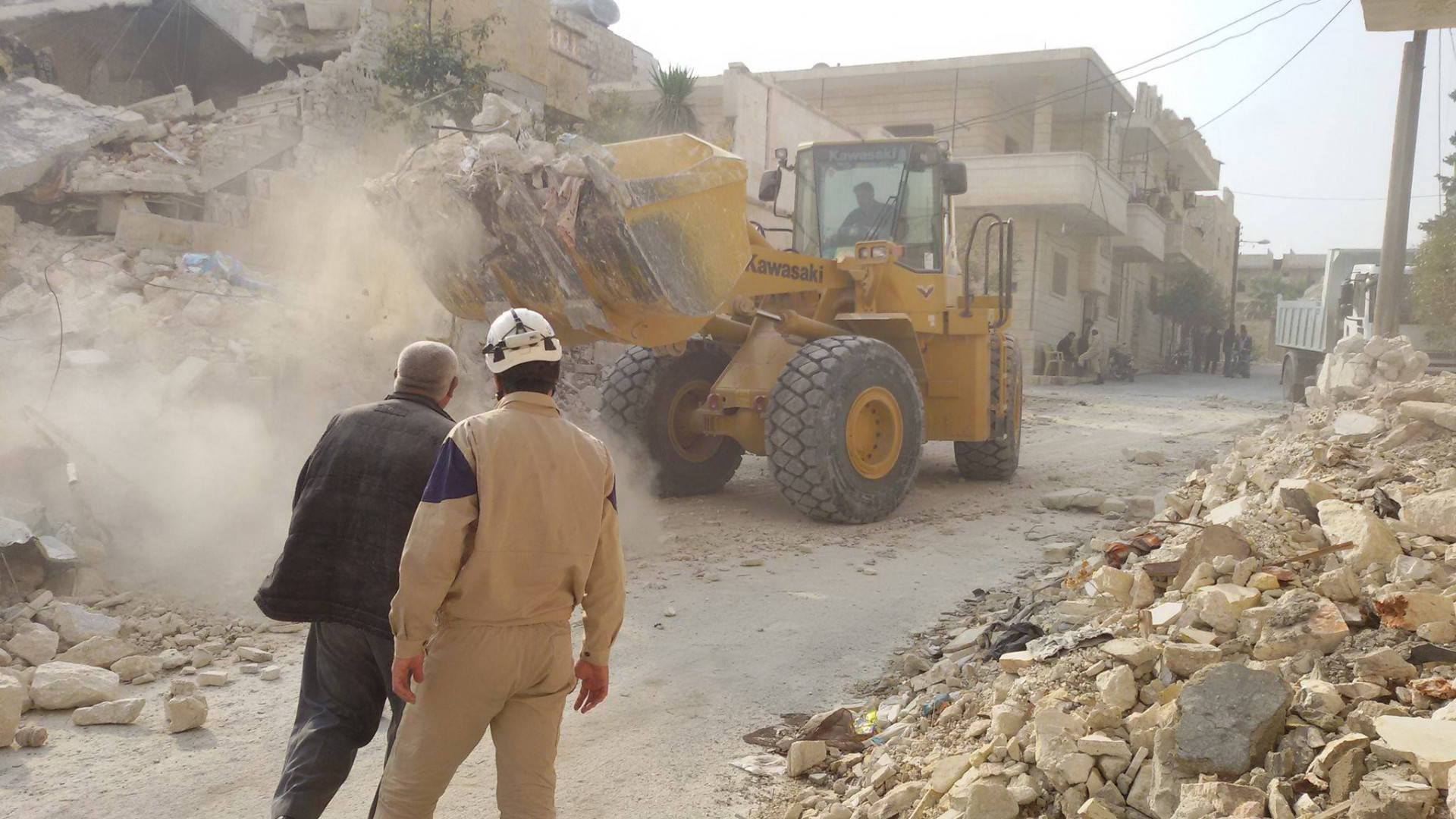 Syrian_Civil_Defense,_clearing_rubble,_Maaret_Nouman
