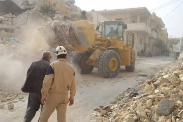 Syrian_Civil_Defense,_clearing_rubble,_Maaret_Nouman