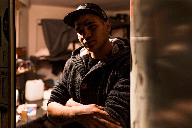 Mitilene. Samir Solo, 21 anni, in fuga dall'Algeria. Vive come squatter nella periferia della città. «Non potevo vivere nel campo profughi di Moria: è una prigione, non un hotspot! Anche se vivo nell'illegalità qui almeno sono libero».