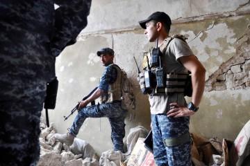 Agent della polizia federlae fra le macerie della città vecchia di Mosul