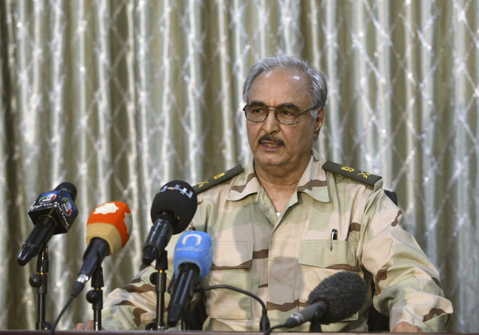 General Khalifa Haftar speaks during a news conference at a sports club in Abyar, a small town to the east of Benghazi. May 17, 2014. The self-declared Libyan National Army led by a renegade general told civilians on Saturday to leave parts of Benghazi before it launched a fresh attack on Islamist militants, a day after dozens were killed in the worst clashes in the city for months. Families could be seen packing up and driving away from western districts of the port city where Islamist militants and LNA forces led by retired General Haftar fought for hours on Friday, killing at least 43 people. REUTERS/Esam Omran Al-Fetori (LIBYA  - Tags: CIVIL UNREST MILITARY POLITICS)