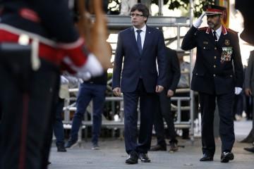 Il presidente della Catalogna, Carles Puigdemont, e il capo dei Mossos d'Esquadra, Josep Trapero, a Barcellona l'11 settembre 2017 (PAU BARRENA/AFP/Getty Images)