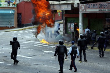 Opposition supporters clash with police during protests against unpopular leftist President Nicolas Maduro in San Cristobal, Venezuela April 19, 2017. REUTERS/Carlos Eduardo Ramirez      TPX IMAGES OF THE DAY