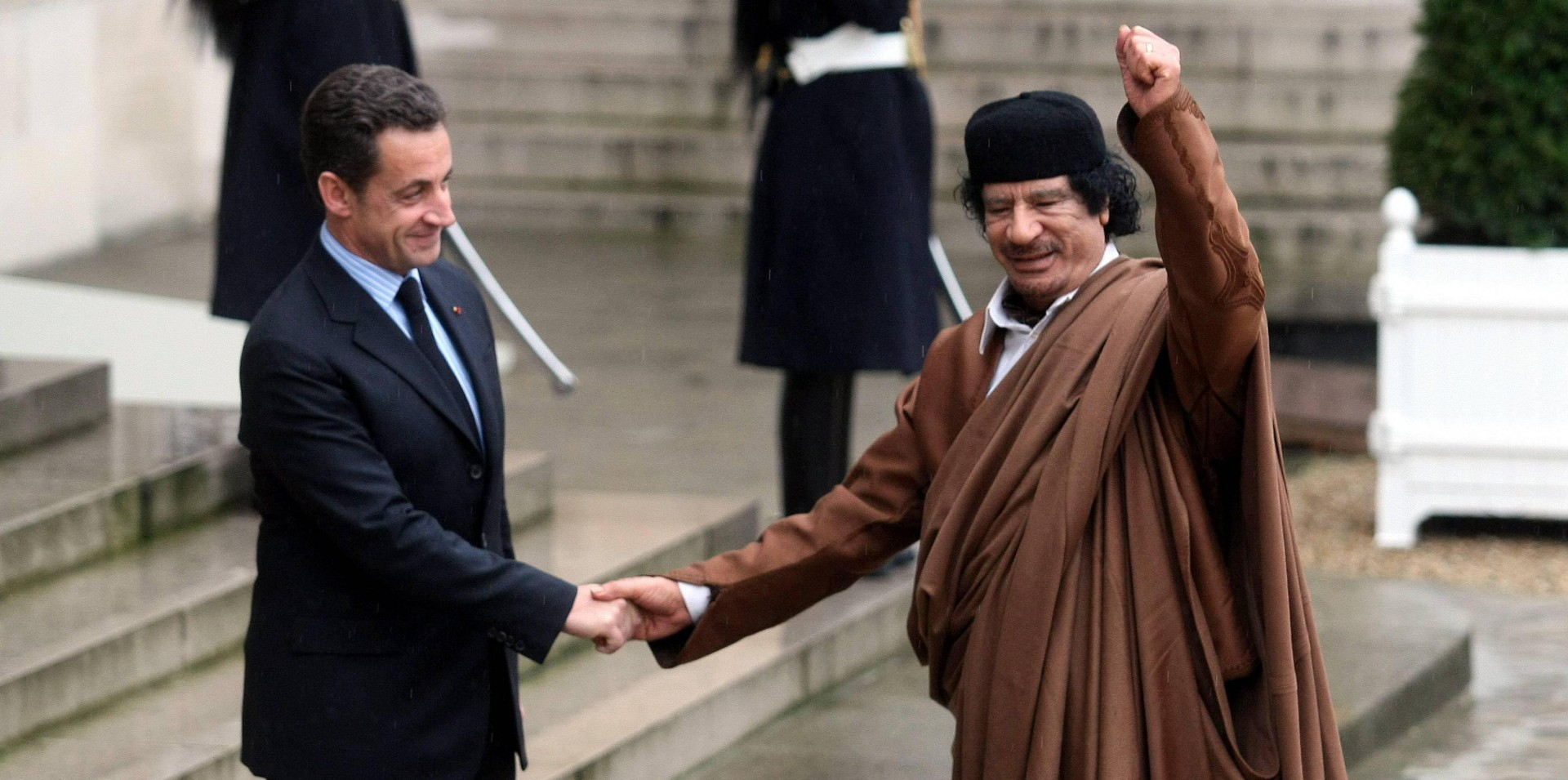 Italyphotopress - il presidente francese Nicolas Sarkozy - Foto IPP/imago/IP3press Parigi 10.12.2007 nella foto il presidente francese Nicolas Sarkozy stringe la mano a Muammar al Gheddafi ( leader capo di Stato libico ) - WARNING AVAILABLE ONLY FOR ITALIAN MARKET - Italy Photo Press -