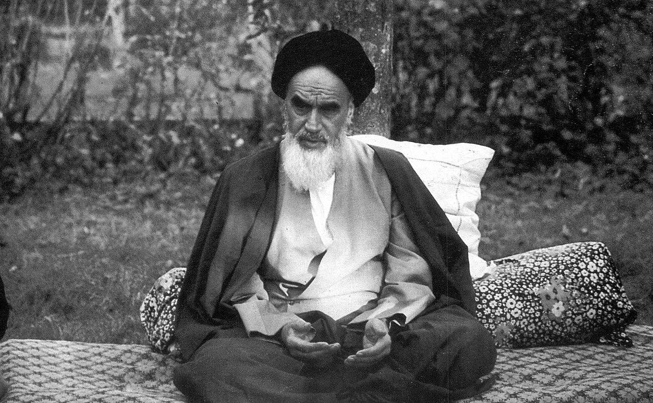 1280px-Ruhollah_Khomeini_in_Neauphle-le-Château_(42)