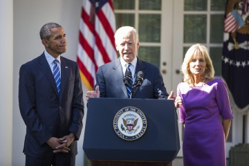 epa04987363 US Vice President Joe Biden (C), along with US President Barack Obama (L) and Biden's wife Dr. Jill Biden (R), announces that he will not seek the 2016 Presidential nomination in the Rose Garden of the White House in Washington, DC, USA, 21 October 2015. Biden said he believed it was too late for him to mount a campaign.  EPA/JIM LO SCALZO