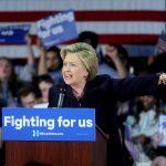 La spettacolino di Hillary ai Grammy: <br> legge le bufale contro The Donald