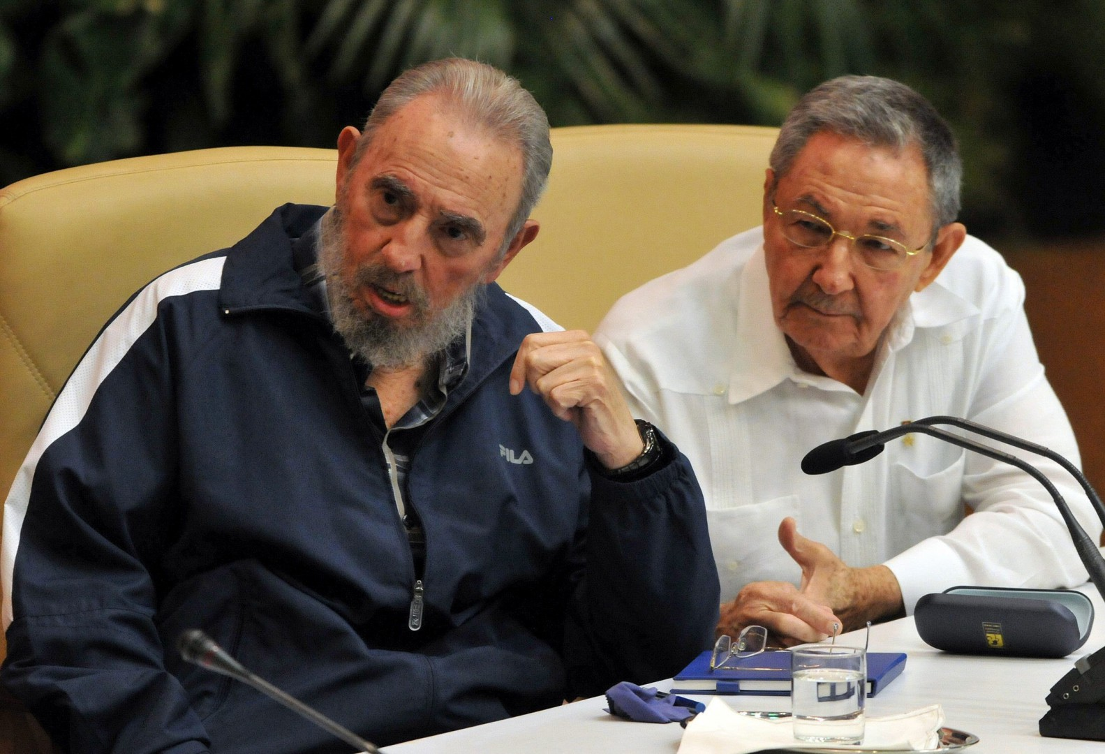 lapresse - fidel Raul castro - A file picture shows Cuban leader Fidel Castro and his brother, the President of Cuba Raul Castro (R), during an event in Havana, Cuba, 19 April 2006. Current Cuban president, Raul Castro, announced on 25 November 2016 his brother's death on the Cuban state TV. Cuban former President Fidel Castro has died at the age of 90. EFE/Alejandro Ernesto FILE