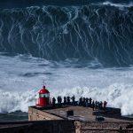 I miracoli accadono a Nazaré <br> Surfer in fila per l'onda gigante