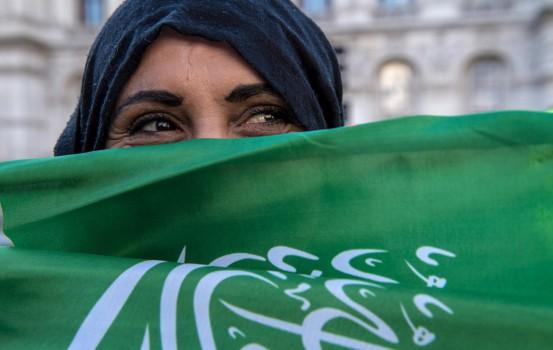 Donna saudita a Londra durante la visita di Salman