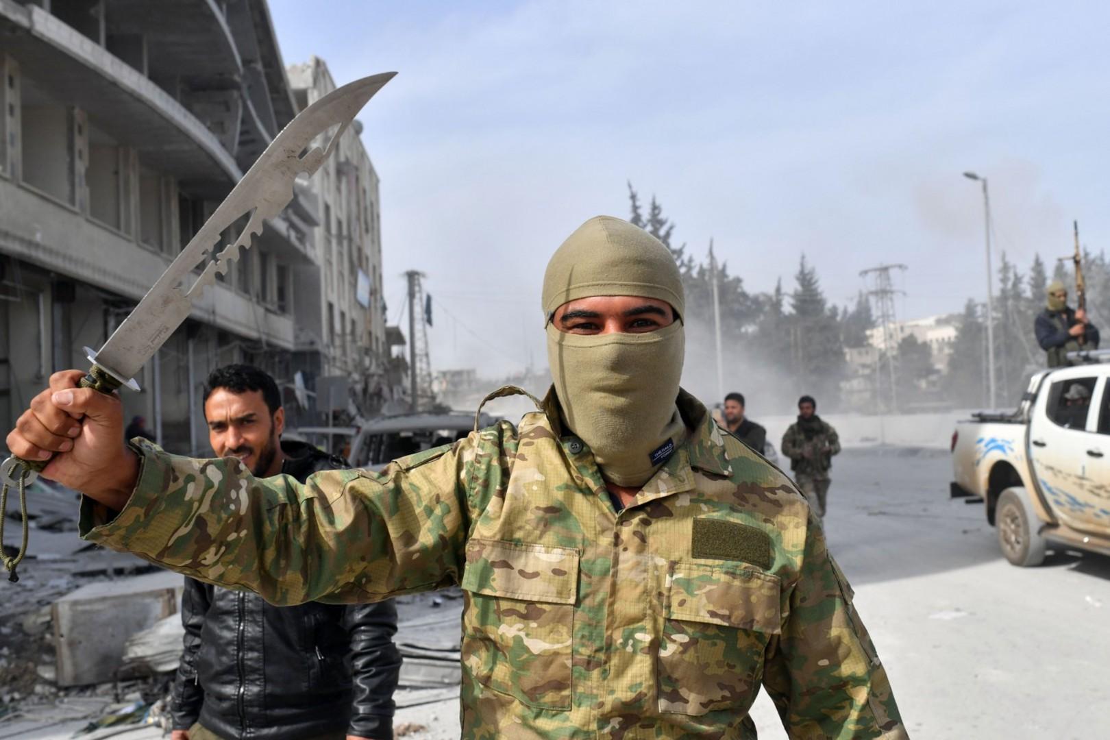 Un miliziano dell'Esercito siriano libero ad Afrin (LaPresse)