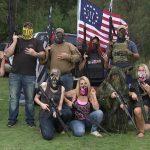 L'America delle milizie sempre in guerra tra incubi e complotti