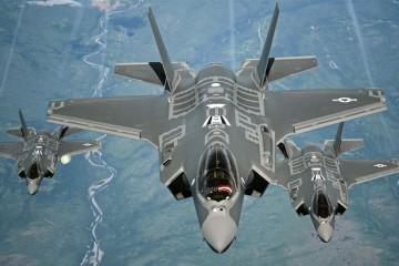 Gli F-35 in volo sulla California (U.S. Air Force photo/Staff Sgt. Madelyn Brown)