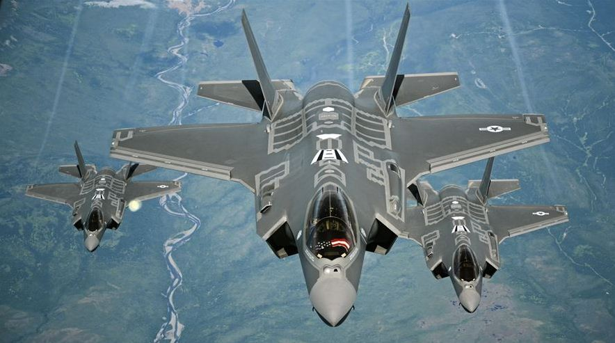 Gli F-35 in volo sulla California (U.S. Air Force photo/Staff Sgt. Madelyn Brown)