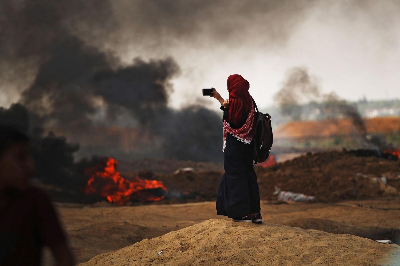 Una donna palestinese riprende le proteste al confine con Gaza