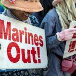 La popolazione di Okinawa<br> protesta contro la base americana