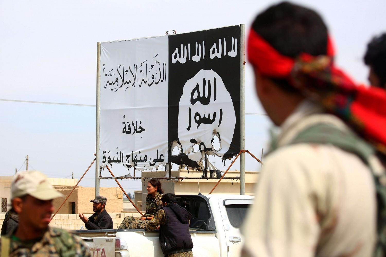 La bandiera dell'Isis in Siria (LaPresse)