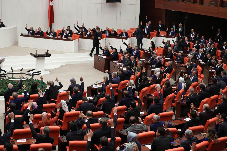 Il parlamento turco vota le elezioni anticipate