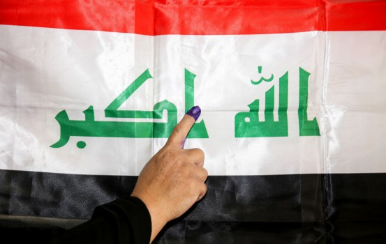 Una donna vota in Iraq