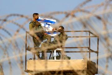 Soldati israeliani al confine con la Striscia di Gaza (La Presse)